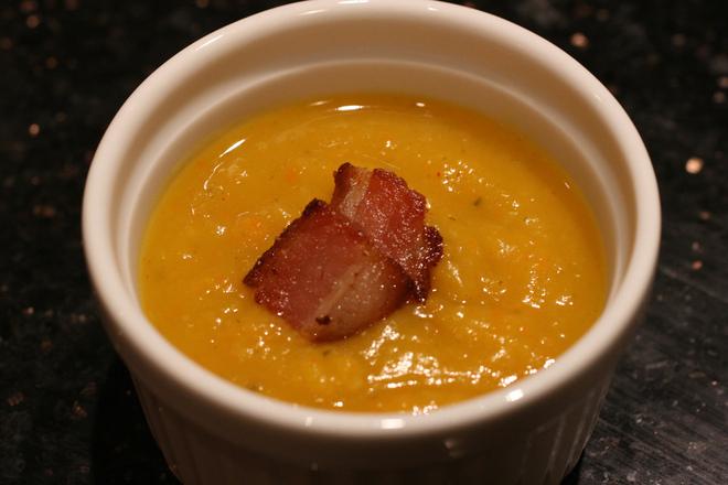 Крем супа от картофи с моркови и бекон