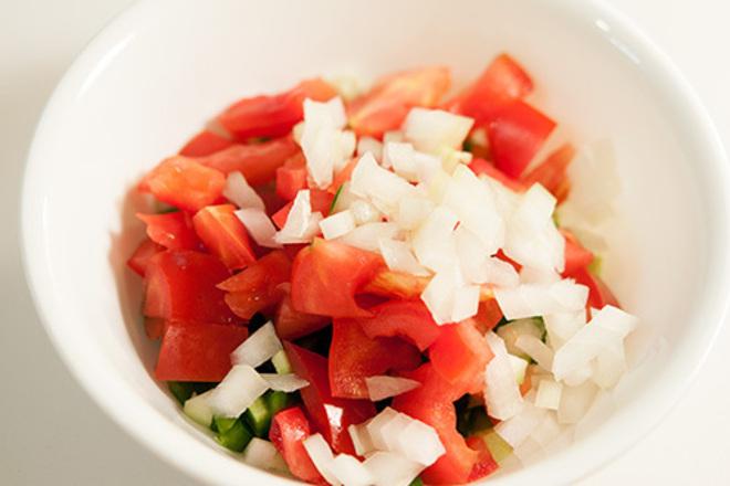 Салата от домати с бял лук и чушки