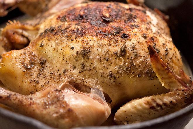Печено пиле с чубрица и морска сол