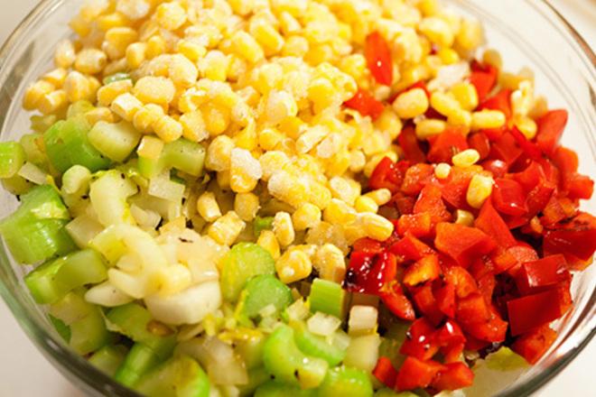 Салата от царевица с чушки и домати