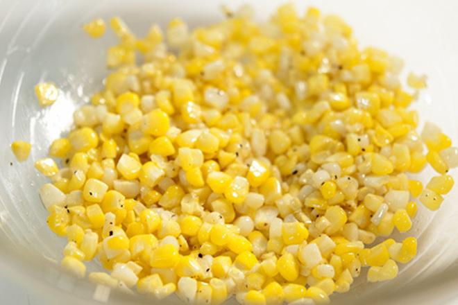 Салата от царевица с масло и черен пипер