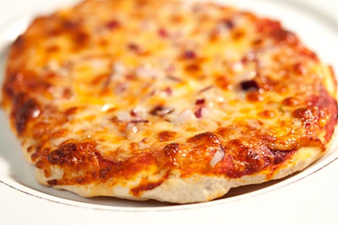 Пица с моцарела и червен лук