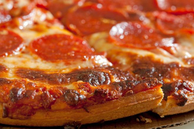 Пица с моцарела, кашкавал и салам