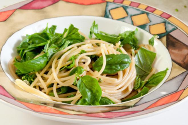 Спагети с масло и босилек