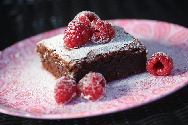Шоколадов сладкиш с шоколад и малини