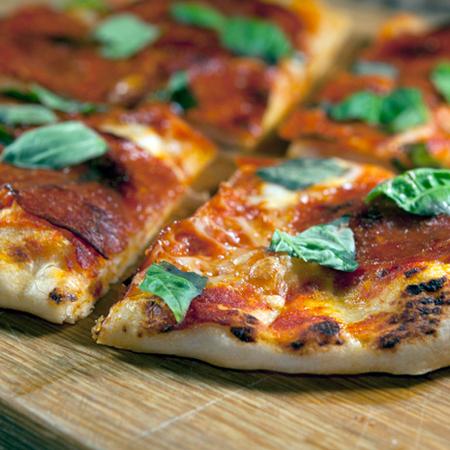 Large pitsa s motsarela bosilek i salam