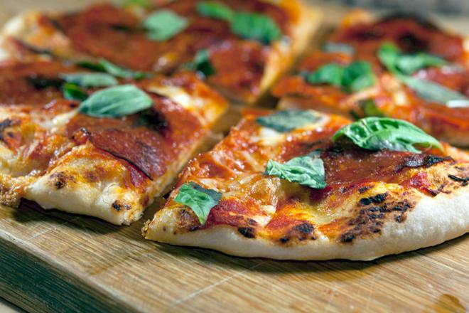 Пица с моцарела, босилек и салам