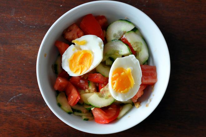 Салата от домати, краставици и яйце