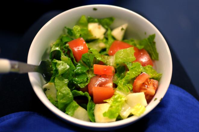 Зелена салата с домати, краставици и лимонов сок