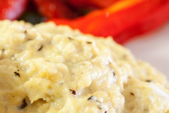 Бъркани яйца със сирене и риган