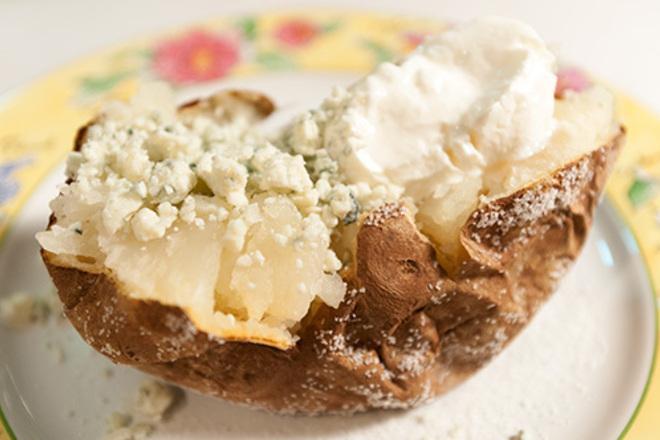 Печени картофи със синьо сирене и заквасена сметана
