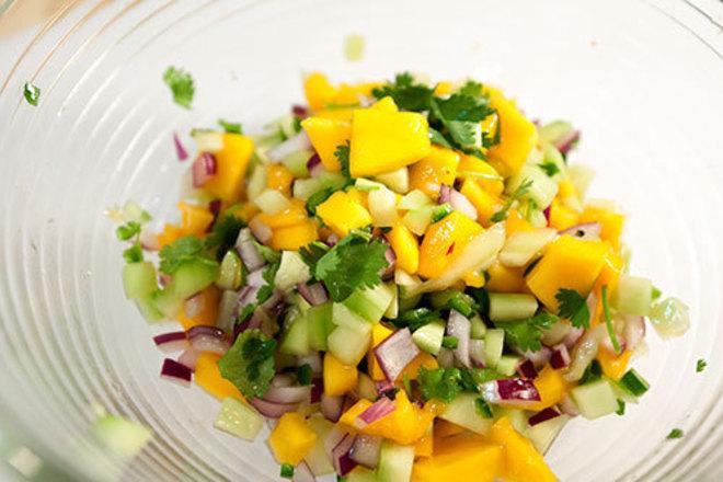 Салата от манго с краставици и червен лук