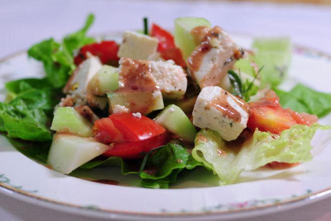 Свежа салата от домати и краставици със синьо сирене и соев сос
