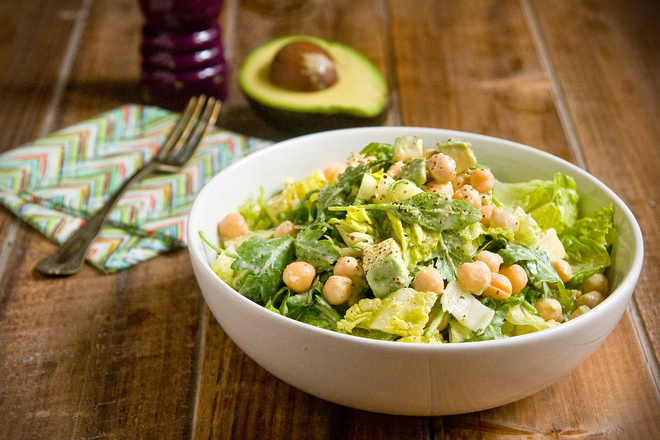 Зелена салата с рукола, нахут и авокадо
