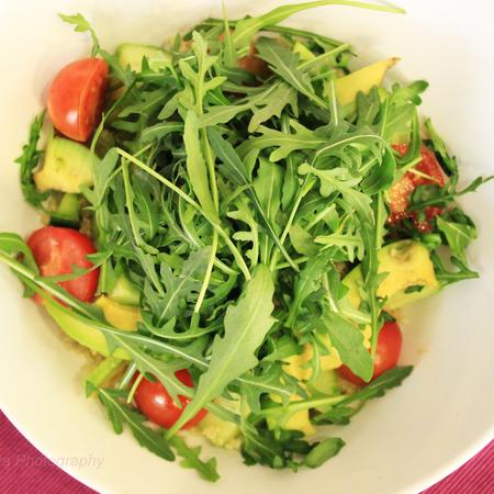 Large salata ot rukola s avokado krastavitsi i domati