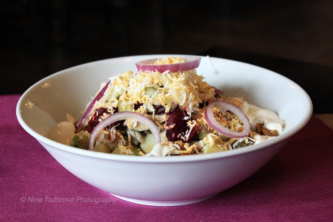 Картофена салата с червено цвекло и кисели краставички