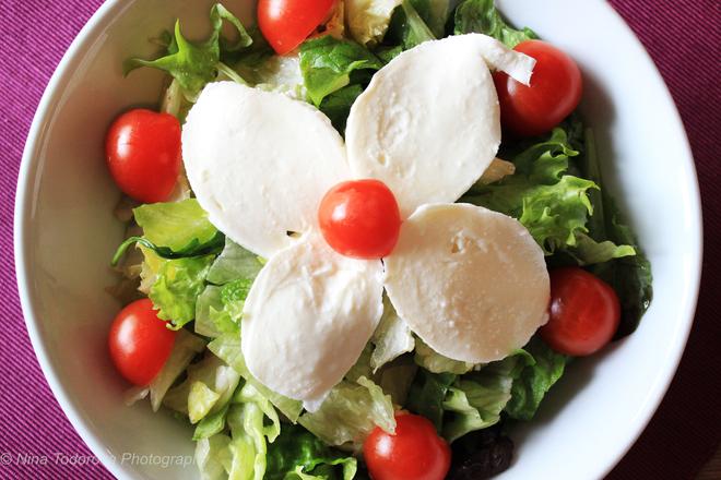 Зелена салата с моцарела и чери домати