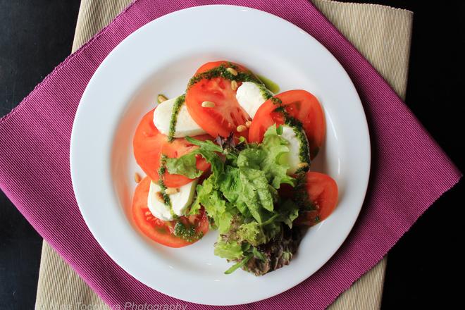 Микс от салати с домати, моцарела и кедрови ядки