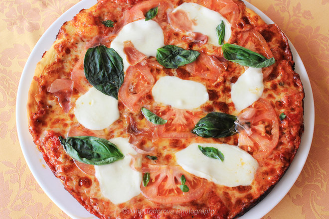 Домашна пица с прошуто и моцарела