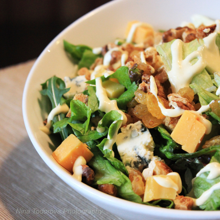 Large zelena salata s rukola sinyo sirene gauda i orehi