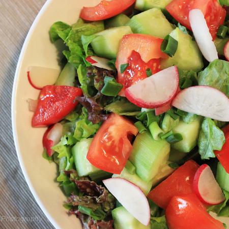 Large zelena salata s repichki i zelen luk