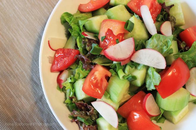 Зелена салата с репички и зелен лук
