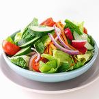 Зелена салата с моркови, краставици, чери домати, червен лук и мента