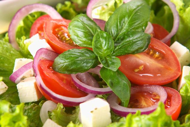 Зелена салата с червен лук, домати и фета сирене