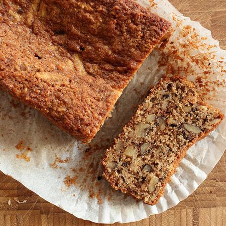 Large keks s yabalki i orehi