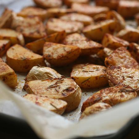 Large pecheni kartofi s rozmarin i cherven piper
