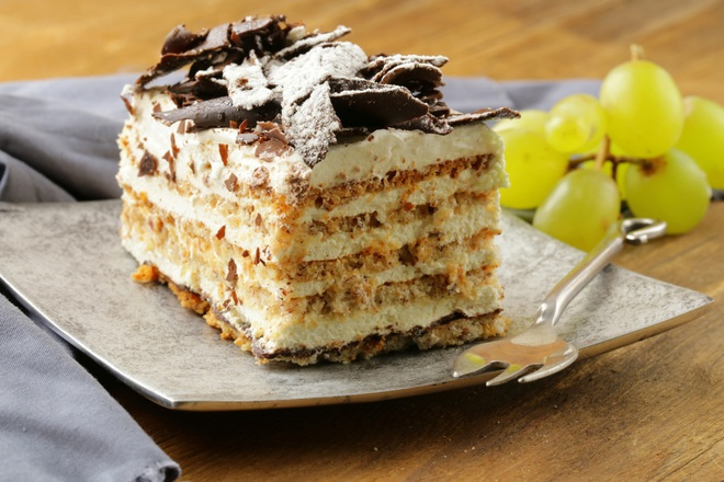 Медена торта с маскарпоне, филаделфия и орехи