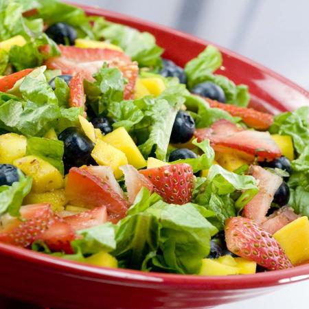 Large zelena salata s yagodi borovinki i mango