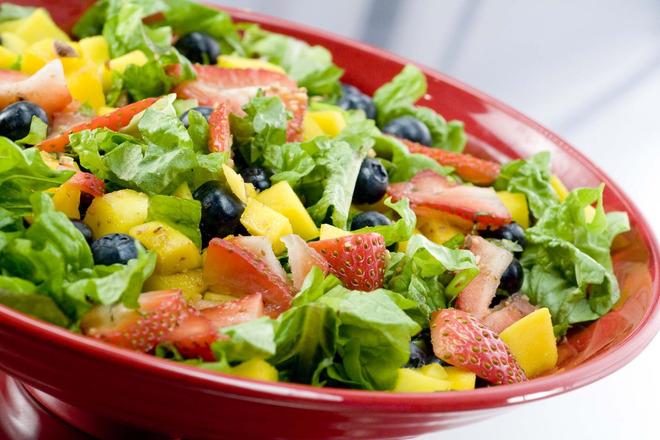 Зелена салата с ягоди, боровинки и манго