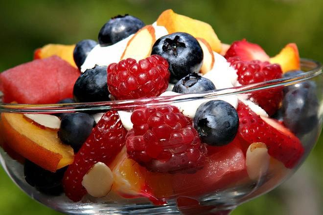 Плодова салата с диня, малини, боровинки и маскаропне
