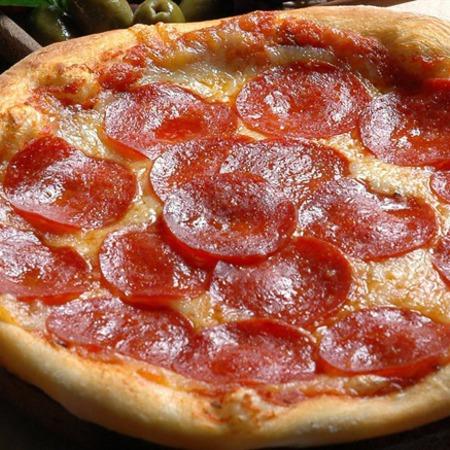 Large pitsa s gauda i salam