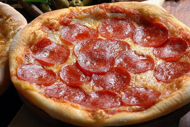 Пица с гауда и салам