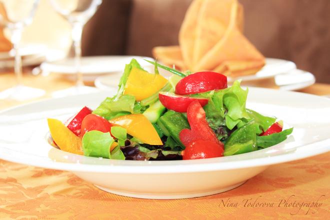 Свежа салата с пролетни зеленчуци, джинджифил и лайм