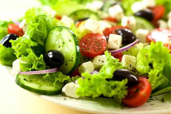 Зелена салата с фета сирене и риган