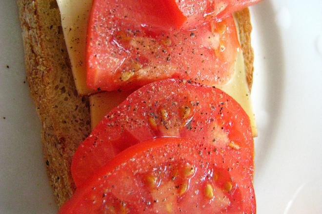 Сандвич с гауда, домати и черен пипер