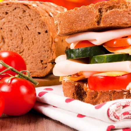 Large palnozarnest sandvich s shunka i kashkaval