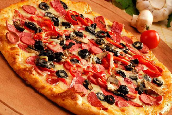 Пица със салам и кренвирши