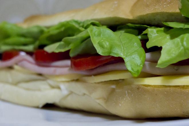Сандвич с шунка, кашкавал и зелена салата