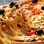 Пица с царевица, лук, чушки и маслини
