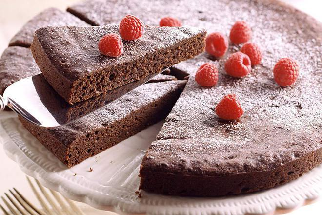 Шоколадов сладкиш с ликьор, малини и пудра захар