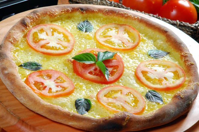 Пица с кашкавал, моцарела и пресни домати