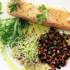 Филе от сьомга с черен ориз, лимец и кълнове