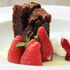 Кейк с черен шоколад, овесени ядки и ягоди