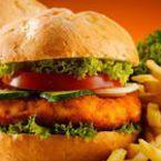 Хамбургер с панирана риба и зелена салата