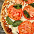 Пица с моцарела, синьо сирене и домати
