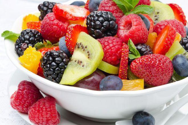 Пъстра плодова салата с мед
